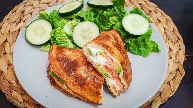 Tortilla de salmón, queso y aguacate
